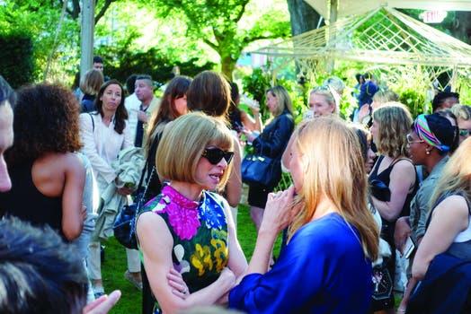 Anna Wintour, editora de la edición estadounidense de la revista Vogue, con Stella McCartney. .