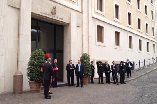 Funcionarios del Vaticano a la espera de la jefa de Estado. Foto: LA NACION / Elisabetta Piqué