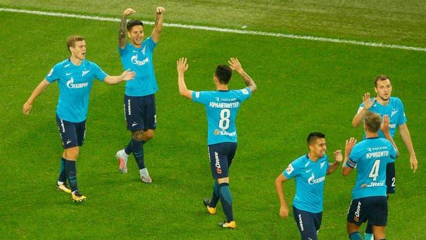 Kranevitter y Driussi festejan el primer gol del encuentro