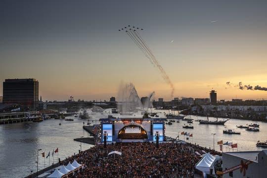 Vista general de una formación aérea de la Real Fuerza Aérea holandesa sobrevolando la ciudad durante el paseo en barco por el río Ij. Foto: EFE