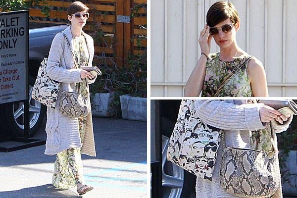 Anne Hathaway, con un vestido floreado, saco largo tejido. ¿Qué opinás de su cartera y de su bolso?. Foto: Celebritieswonder.net