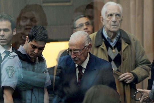 Jorge Rafael Videla y Reynaldo Benito Bignone, ingresan al tribunal para escuchar las sentencias en el caso por el robo de bebés el 5 de julio de 2012. Foto: Archivo