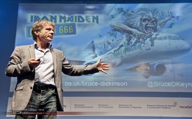 Empresario heavy metal El líder de Iron Maiden, Bruce Dickinson, fue uno de los oradores de la jornada de tecnología, Campus Party Argentina, en Tecnópolis el año pasado. La familia metalera no lo dejó solo