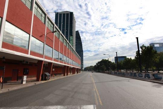 La avenida Madero, desierta a la altura del Luna Park. Foto: LA NACION / Matías Aimar