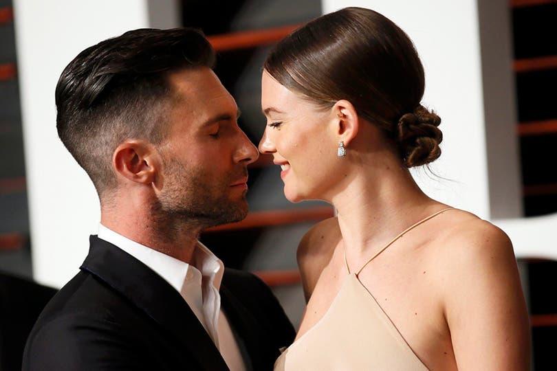 ¡Fuego! El cantante Adam Levine y la modelo Behati Prinsloo. Foto: Agencias
