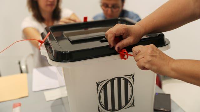 Las urnas se preparan para el inicio de la votación, en Barcelona. Foto: Reuters