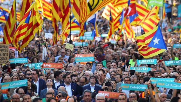 Puigdemont encabezó ayer una masiva manifestación en Barcelona a favor de la independencia