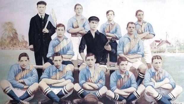 Boca en 1905, con la banda amarilla diagonal