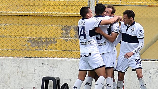 Gimnasia La Plata festejó, con un gol olímpico, en Bahía Blanca