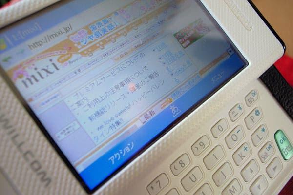 Las redes sociales en Japón apuntan a sus versiones para teléfonos celulares, en un país con 112 millones de equipos