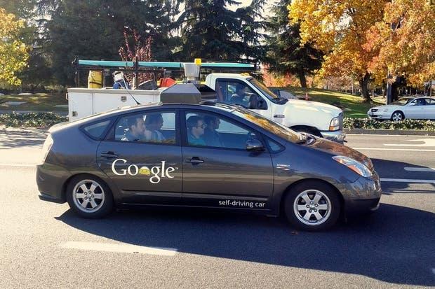 Uno de los vehículos autónomos de Google retratado por uno de los empleados de la compañía