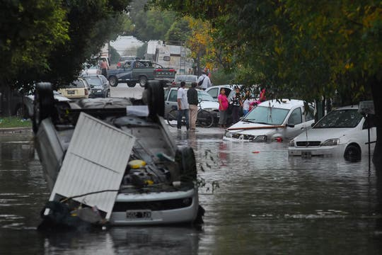 Las fuertes lluvias en la ciudad de La Plata generaron inundaciones y destrozos, hay varios muertos confirmados. Foto: Télam
