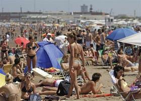 El calor superior a los 30 grados llenó los balnearios de Playa Grande