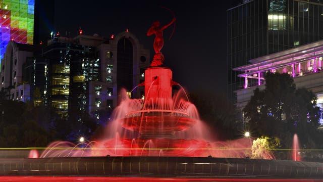 Los monumentos más importantes de México han sido iluminados pra conmemorar el Día Mundial de la Lucha contra el VIH