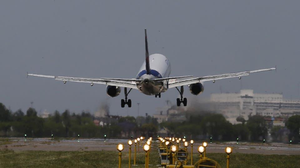 El avión es la opción más económica para viajar a los principales destinos turísiticos del país; las aerolíneas low cost quieren imponerse con las tarifas más bajas del mercado