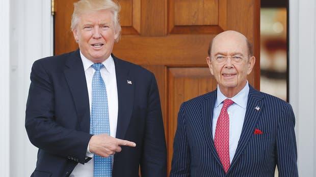 El presidente electo Donald Trump (izq.) nombró al inversionista y ex banquero Wilbur Ross como su secretario de Comercio