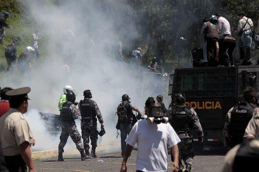 Gases y enfrentamientos durante la protesta que policías y soldados realizaron en Quito, Ecuador. Foto: EFE