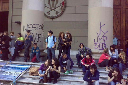 Jóvenes en la entrada de la Catedral, homenajeando al ex presidente. Foto: lanacion.com / @maiajastre