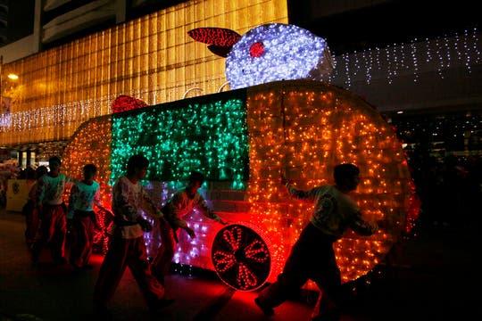 Un grupo de artistas pasea una enorme figura con forma de conejo en Hong Kong. Foto: AP