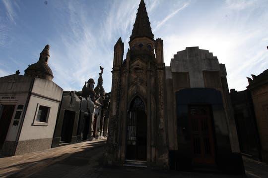 Bóvedas de distintos estilos se observan en el ala antigua del cementerio de la Chacarita. Foto: lanacion.com / Guadalupe Aizaga