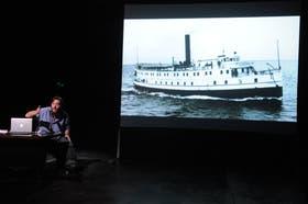 Una laptop, un gesto de Mariano Llinás, la imagen de un vapor y un ciclo: Mis Documentos