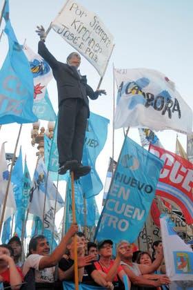 La militancia colmó la plaza de banderas