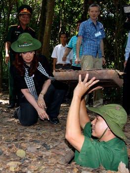 Cristina a punto de descender a los túneles de Cu-Chi donde se refugiaban los vietnamitas en la guerra con Estados Unidos. Foto: DyN