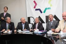 Héctor Timerman, reunido en la AMIA a su izquierda Presidente de la DAIA Julio Schlosser y a su lado Guillermo Olivieri
