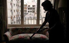 Una trabajadora doméstica en un hogar de la ciudad