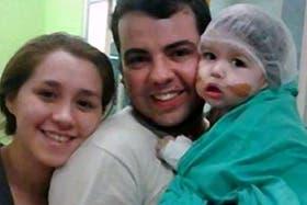 Renzo, junto a sus padres, el día que recibió el transplante