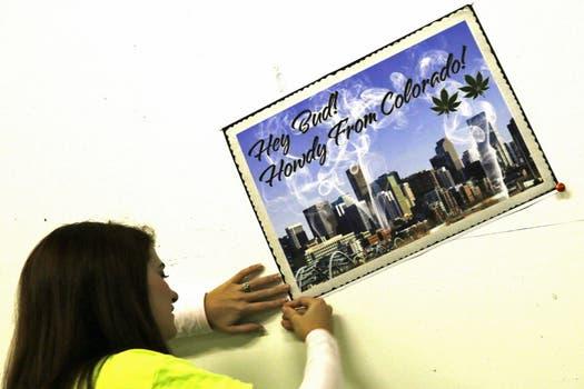 Los locales llegaron preparados con carteles y remeras a su primer día de venta de marihuana. Foto: Reuters
