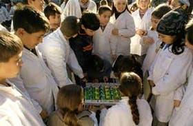 Partido de metegol en pleno recreo, una escena común en la escuela EGB N°19 de Laferrére