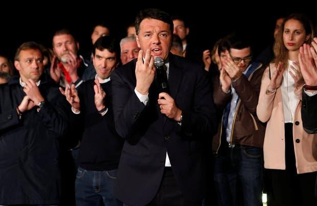 Renzi se dirige a sus seguidores del Partido Democrático tras el triunfo