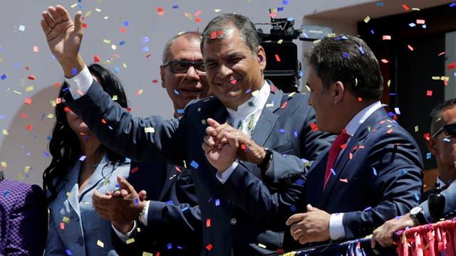 El mandatario saliente, Rafael Correa, saluda desde el balcón de la Casa de Gobierno