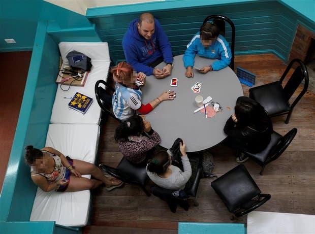 En el hogar Avelino, un grupo de chicas realiza actividades