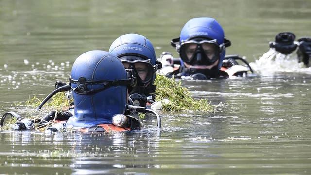 Buzos de la gendarmería francesa buscan evidencia en Pont-de Beauvoisin