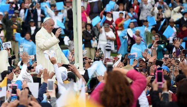 El Papa, ayer, al llegar al parque Simón Bolívar de Bogotá, donde presidió una misa ante cientos de miles de personas