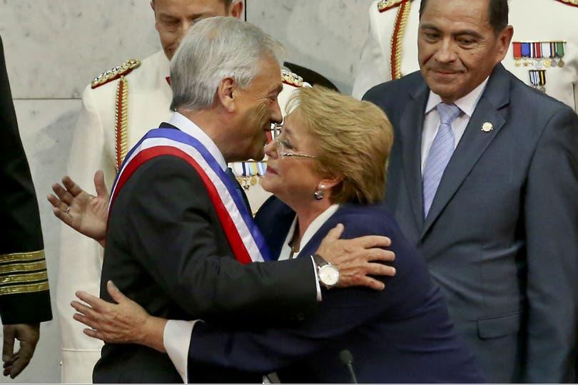 En el momento que Bachelet le entregó al poder a Piñera, la región se quedó sin presidentas