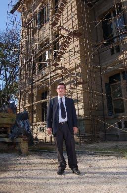"""""""La escuela necesita cambios"""", dijo Oliva; detrás, el colegio en obra"""