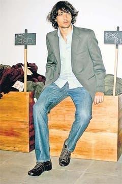 Jeans denim italiano, saco en hilo italiano, camisa mil rayas entallada (Etiqueta Negra, $ 320, $ 1200 y $ 250) y zapatillas de cuero (Gola, $ 210). Foto: Mariano Vega