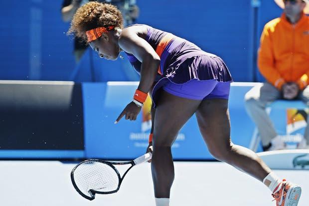 La tenista estadounidense Serena Williams rompe su raqueta en el partido ante Sloane Stephens