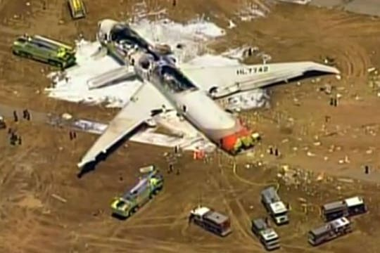 El aparato, en el que viajaban unas 290 personas perdió su cola al momento del aterrizaje forzoso y se incendió. Foto: Twitter / @nbcnightlynews