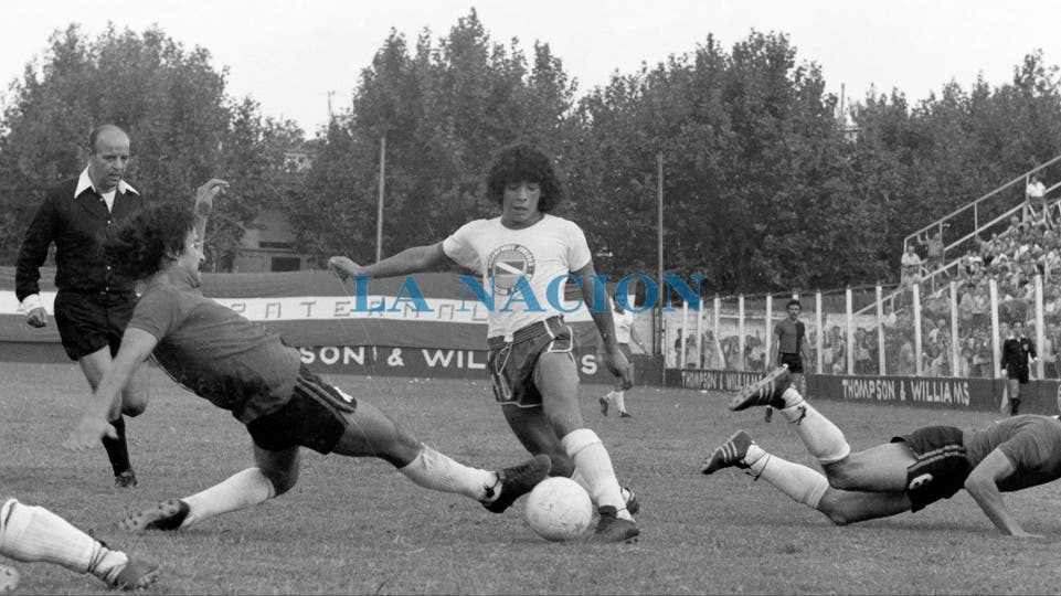 27-3-1977: quinta fecha del Metropolitano; Argentinos le ganó a Newell''s 3 a 1 con dos goles de Carlos Álvarez y uno de Jorge López.. Foto: LA NACION