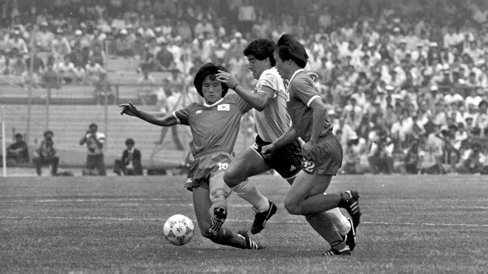 2-6-1986: en el debut de México 86, ante Corea del Sur, uno de los partidos en los que más lo golpearon. Foto: LA NACION