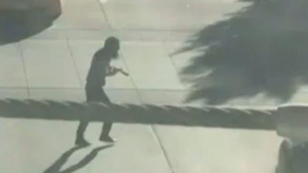 Un video tomado por un civil captó al presunto agresor cuando escapaba del lugar ataque