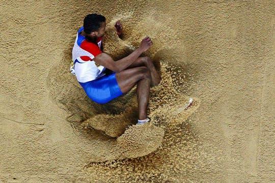 Adams, de Rusia, enterrado en la arena. Foto: AFP / AP, Reuters y EFE