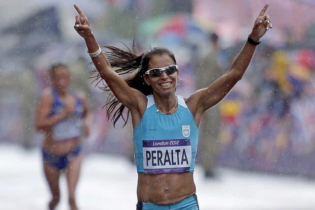 Marita Peralta festeja en su llegada