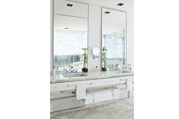 Mueble Baño Elegante:Los diseñadores de este impactante baño pusieron toda su capacidad