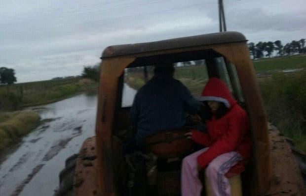 En Guarda Vieja, cerca de Laboulaye, el tractor se usa para pasar por caminos inundados y llegar hasta la escuela rural