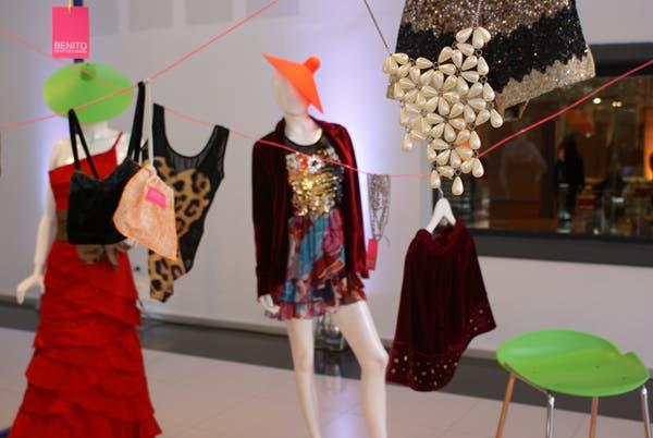 Puro glam, en el espacio del diseñador Benito Fernández: transparencias, animal print y mucho brillo para un outfit de noche. Foto: Soledad Avaca Cuenca